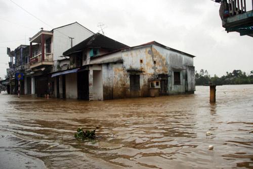 Trong khi đó, sau bão, mưa lớn cùng thủy triều lên khiến nhiều nơi ở thị xã Hương Thủy (Thừa Thiên - Huế) ngập nặng, nhiều nơi nước đã tràn vào nhà