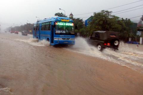 Quốc lộ 1A, đoạn qua xã Hồng Lĩnh bị lụt (Ảnh: Vietnam+)