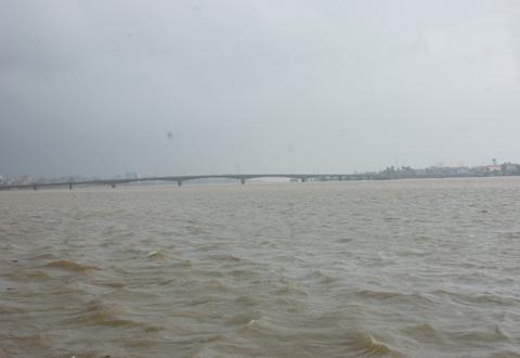 Do ảnh hưởng của hoàn lưu bão số 10, nhiều nơi ở tỉnh Quảng Bình mưa to. Mực nước ở sông Gianh, Kiến Giang, Nhật Lệ dâng cao gây ngập cục bộ.