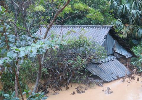 Lũ quét kéo dài từ 3-5 giờ sáng 16/10 gây thiệt hại nặng cho huyện Minh Hóa.