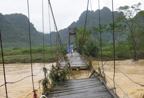 Cầu treo xã Hóa Thanh, huyện Minh Hóa bị sập.