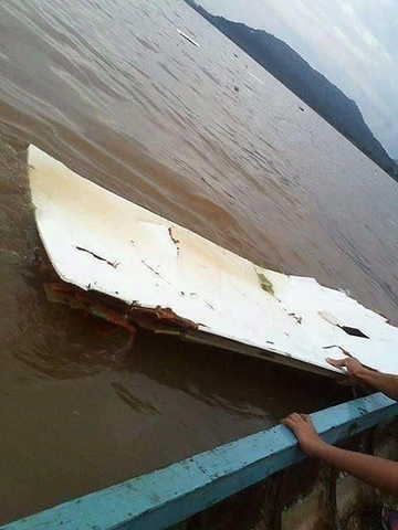 nan nhan vu may bay roi o lao | tim kiem nan nhan vu tai nan may bay o lao  Tai nạn máy bay ở Lào: Hình ảnh hiện trường trên sông Mekong thaiza JPEG 2440 1381942500