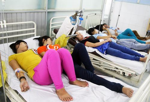 Hàng loạt công nhân bị ngộ độc thực phẩm được chuyển đến bệnh viện quận Thủ Đức. Ảnh: An Nhơn