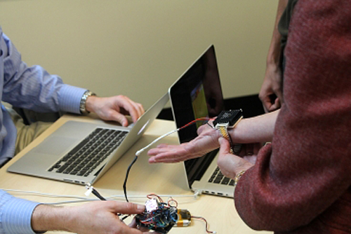 Vòng tay Wristify được sử dụng có hiệu quả trên thực tế. Ảnh: Franklin Hobbs