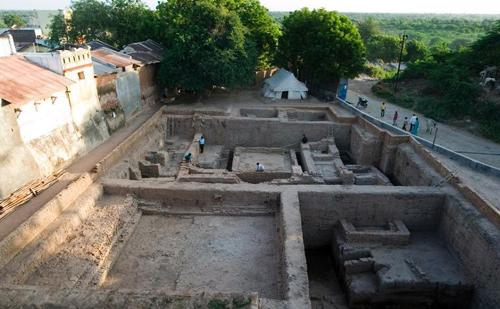 Các nhà khảo cổ học tiến hành đào quanh khu vực ngôi đền tại làng Daundia Khera, bang Uttar Pradesh sau khi Cơ quan Khảo sát Địa chất Ấn Độ cho biết rằng vàng hoặc bạc có thể được chôn ở đây. Ảnh: AFP