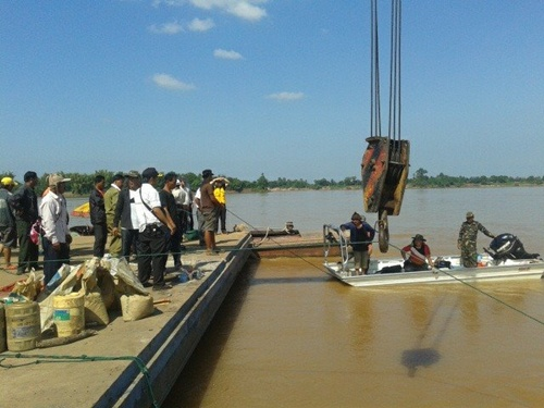 Lao divers and rescue workers hauled the 10-metre part of the stricken ATR 72-600 from the bottom of the river at 3.30pm and painted the airline logo and plane number in black.