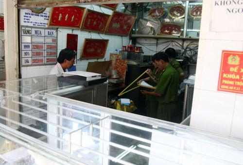 Cảnh sát khám nghiệm bên trong tiệm vàng. Ảnh: An Nhơn
