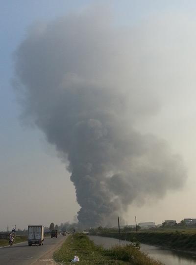 Khoảng 14h chiều 25/10, lửa bất ngờ bốc lên tại khu phân xưởng sản xuất kho thành phẩm của nhà máy Diana nằm trong khu công nghiệp Tân Chi, huyện Tiên Du tỉnh Bắc Ninh.