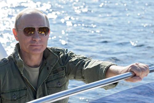 """Tổng thống Nga Vladimir Putin năm nay vượt lên dẫn ngôi vị số một trong danh sách. Ông đang ở trong nhiệm kỳ tổng thống thứ ba, sau khi tái đắc cử hồi tháng 3 năm ngoái. Tạp chí Mỹ nhận xét:""""Putin đã củng cố sự kiểm soát của ông tại Nga, trong khi giai đoạn bị mất uy tín của Obama có vẻ như đến sớm hơn thường lệ đối với một tổng thống đang ở nhiệm kỳ thứ hai, mà ví dụ mới nhất là sự lộn xộn vì chính phủ Mỹ đóng cửa một phần""""."""