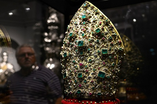 Chiếc mũ thánh gồm 3.326 viên kim cương, 164 viên hồng ngọc và 198 viên ngọc lục bảo là điểm nhấn của triển lãm. Sự kiện tại bảo tàngMuseo Fondazione Roma kéo dài từ nay đến ngày 16/2/2014.