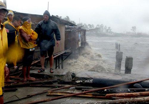Người dân ở đảo miền trungBacalod, Philippines, trong bão Haiyan. Ảnh: AFP
