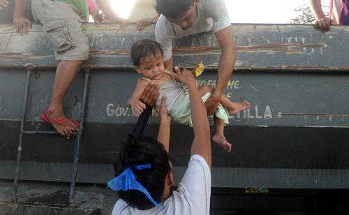 Người dân Tacloban hôm qua đã bắt đầu rời khỏi điểm sơ tán để trở về nhà. Tuy nhiên, tất cả những gì còn sót lại dành cho họ là mộtkhung cảnh tiêu điều, xe cộ bị lật ngửa, các cột điện và cây cối ngổn ngang.
