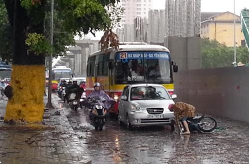 Do mưa bão, đường trơn chượt, trong buổi sáng nay cũng xảy ra nhiều vụ tai nạn nhẹ ở Thủ đô, như xe ngã đổ...