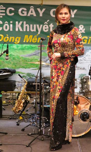 [Caption]người mẫu b/s Thanh Huyền giới thiệu chiếc áo dài bán đấu giá được 1000 USD