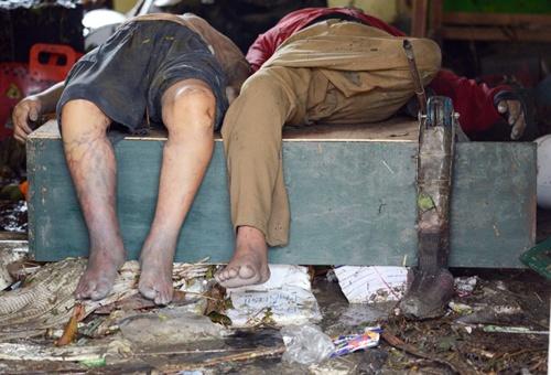A prosthetic leg is seen beside a dead body inside the Fisherman's Village Elementary School of Tacloban, eastern island of Leyte on November 10, 2013.
