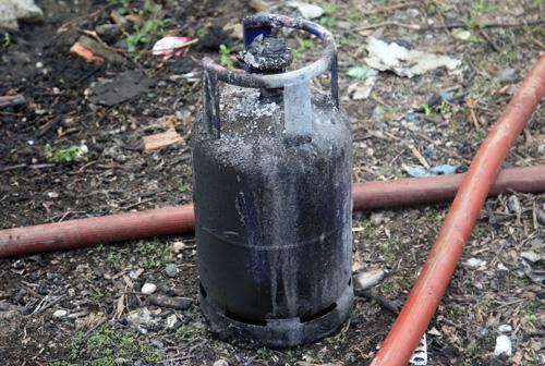 Bình gas 12kg đem ra từ trong nhà xưởng. Ảnh: An Nhơn