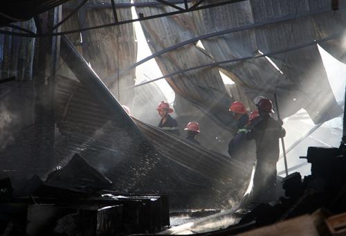 Cảnh sát quận Bình Tân chiến đấu với hỏa hoãn hơn 4 giờ. Ảnh: An Nhơn
