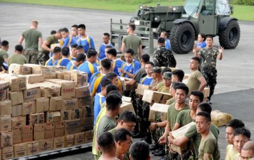 Binh lính Mỹ và Philippines chuẩn bị hàng cứu trợ tại căn cứ quân sự ở thủ đô Manila. Ảnh: AFP.
