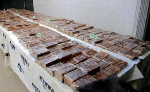 Some of the 600 heroin bricks that were discovered in an aircraft container are displayed at the Criminal Investigation Bureau building in Taipei yesterday.Nov 18, 2013
