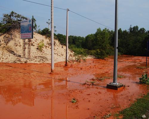 Mưa lớn khiến Bùn đỏ titan tràn ra đường