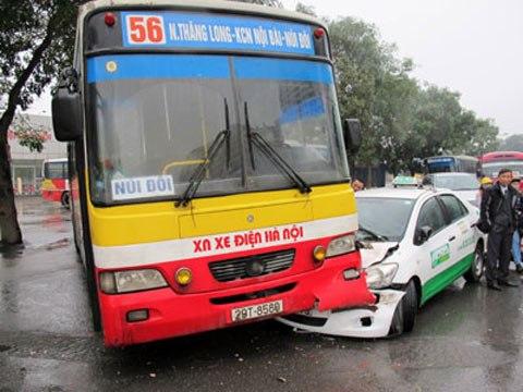 Đi xe buýt lắm phen răng đập vào thành ghế