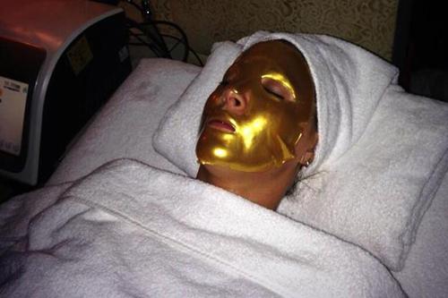 Đắp mặt nạ vàng 24 carat