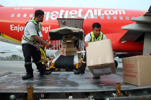Hàng cứu trợ chuyển đến sân bay ở thủ đô Manila. Ảnh: An Nhơn