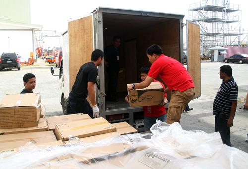Hàng hóa chuyển lên xe đến vùng Taloban. Ảnh: An Nhơn