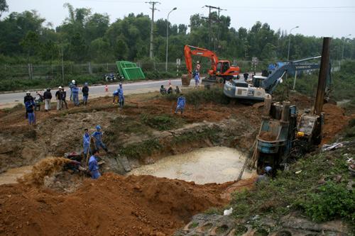 Máy xúc, quanh khu vực ống nước bị vỡ. Tạo ra hố rộng cả chục m2 và sâu tới 5m.Ảnh: Bá Đô