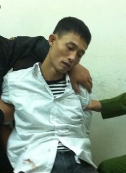 Bố cầm dao cướp con sơ sinh tại bệnh viện