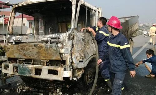 Khi lính cứu hỏa đến khống chế được đám cháy, phần đầu của chiếc xe cũng đã bị thiêu rụi. Ảnh: PS