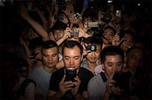 Đám đông nam giớicuồng nhiệt trước sự xuất hiện củangôi sao khiêu dâm Nhật Bản Rei Mizuna. Ảnh: NY Times