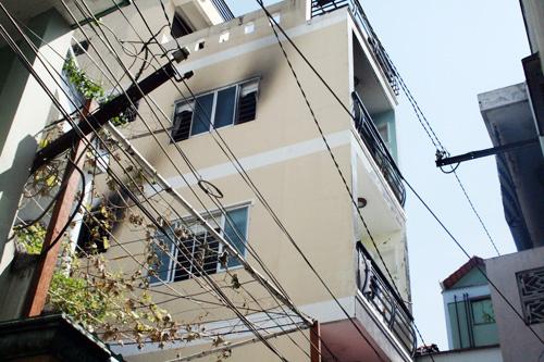Để thoát ra ngoài, nhiều sinh viên đã nhảy từ tầng 3 qua mái tôn nhà bên cạnh. Ảnh: An Nhơn
