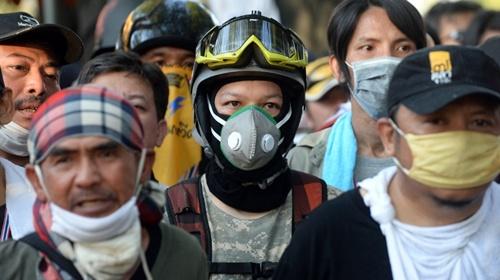 Các cuộc đụng độ giữa người biểu tình và cảnh sát hôm qua bước sang ngày thứ hai, trải ra 4 địa điểm và làm 100 người bị thương.