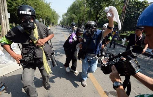Các phóng viên có vẻ được trang bị kỹ càng hơn với mũ bảo hiểm và mặt nạ chuyên dụng.