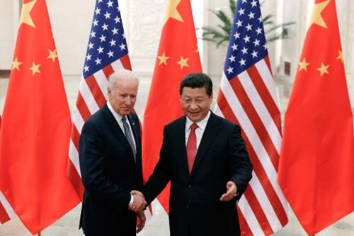 Phó tổng thống Mỹ Joe Biden (trái) bắt tay Chủ tịch Trung Quốc Tập Cận Bình trong cuộc gặp gỡ tại Đại Lễ đường nhân dân ở Bắc Kinh. Ảnh: AFP.