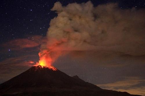 Tro bụi bay ra từ ngọn núi lửa Popocatepetl ở gần thành phố Mexico City, Mexico hôm 4/7. Ảnh: AFP.