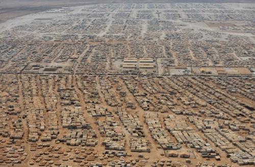 Hình ảnh khu trại tị nạn Zaatari ở khu vực biên giới Jordan với Syria hôm 18/7. Khu trại là nơi trú ẩn tạm thời của hơn 115.000 người Syria phải di tản do ảnh hưởng của nội chiến. Ảnh: AFP.
