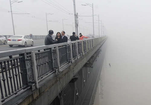 Một nhà báo hôm 27/2 vô tình chụp được hình ảnh một người nhảy cầu xuống sông Dương Tử ở tỉnh Hồ Bắc, Trung Quốc để tự tử. Ảnh: China Daily.