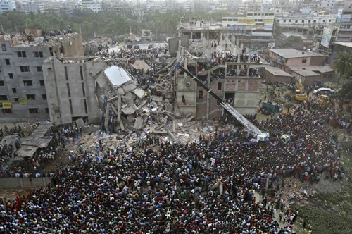 Người dân Bangladesh tập trung xem công tác cứu hộ tại hiện trường vụ sập nhà ở Savar, khu vực ngoại ô thủ đô Dhaka