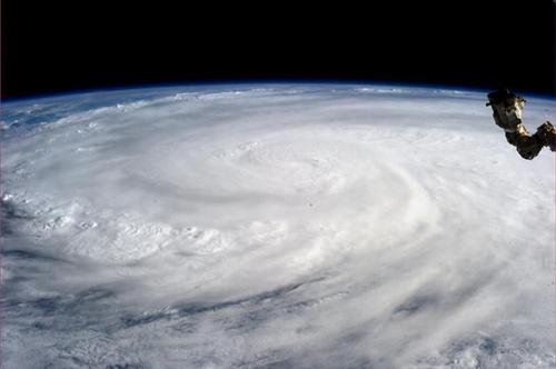 Hình ảnh siêu bão Haiyan được phi hành gia Karen L. Nyberg chụp từ Trạm vũ trụ quốc tế (ISS) hôm 7/11. Siêu bão đổ bộ Philippines một ngày sau đóvà tàn phá nặng nề miền trung quốc đảo.Theo công bố mới nhất của chính phủ Philippines, số người chết vì bão Haiyan hiện đã lên đến hơn 5.200 người.