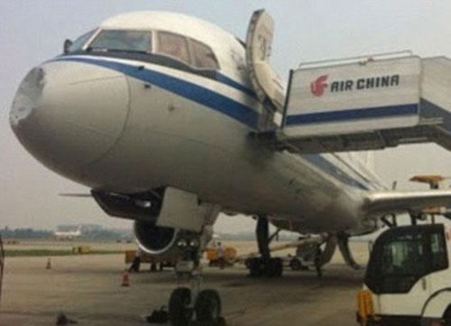 Máy bay của hãng hành không Air China bị móp mũi sau vụ va chạm trên không bí ẩn. Ảnh:Examiner