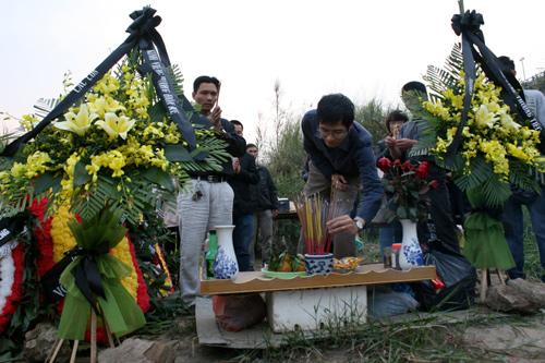 Sau đám tang, gia đình mang vòng hoa và bát hương lập mộ gió cho chị Huyền.