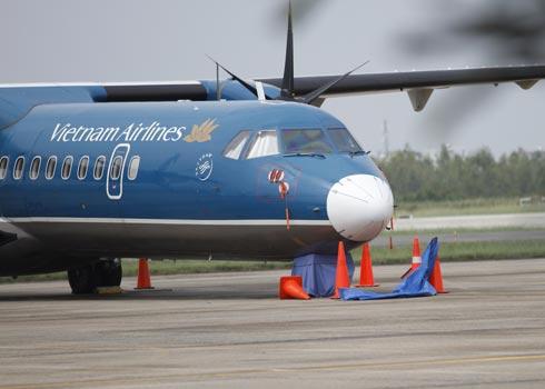 Càng trước của chiếc ATR 72 bị hỏng và mất bánh bên phải đã được bịt kín tại sân bay Đà Nẵng chiều 21/10 sau sự cố. Ảnh:Văn Đông