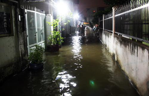 Khoảng 19g ngày 4/12, một đoạn bờ bao ở Rạch Cầu Lan, thuộc khu phố 8, phường Hiệp Bình Chánh, quận Thủ Đức, TP HCM bị vỡ khiến hàng trăm hộ dân ngập nặng.