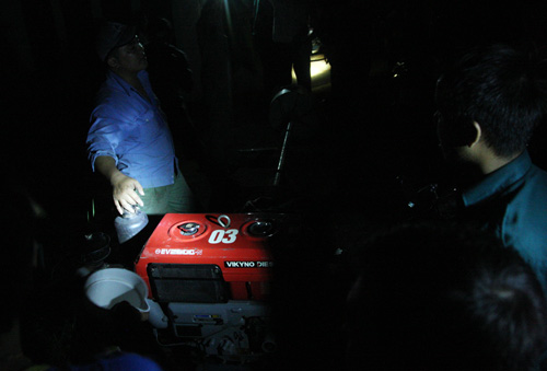 Chính quyền địa phương huy động nhiều máy bơm công suất lớn để hút nước trong đêm.