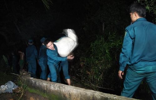 Đến giữa đêm, việc gia cố đoạn bờ bao bị vỡ vẫn tiến hành khẩn trương. Nước có dấu hiệu rút.