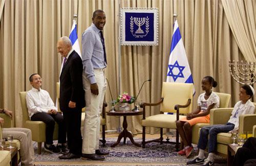 Tổng thống Israel Shimon Peres đọ chiều cao vớingôi sao bóng rổ MỹAmare Stoudemire, người cao đến 2,11 mét, trong cuộc gặp tại Tel Aviv ngày 18/7. Ảnh: AP