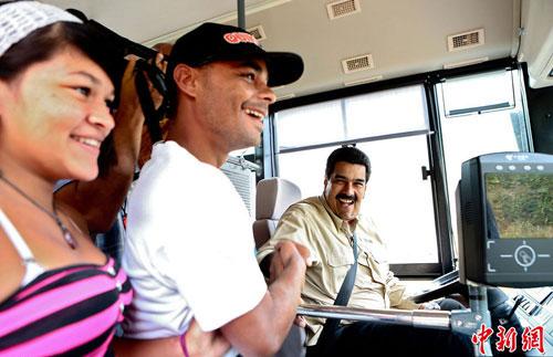 Tổng thống VenezuelaNicolás Maduro lái xe buýt trong chiến dịch tranh cử hồi tháng 3/2013. Ảnh: Chinanews