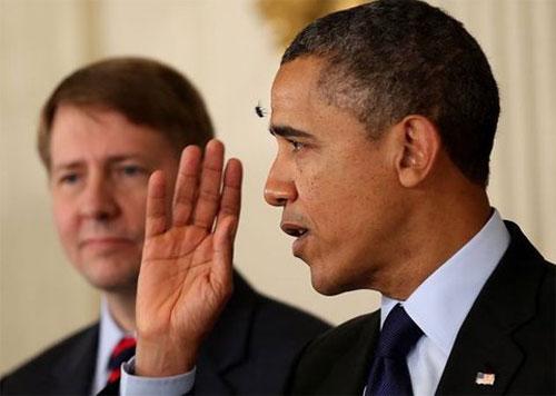 """[Caption]Tổng thống Obama đang công bố hai thành viên mới của chính quyền nhiệm kỳ hai tại Nhà Trắng thì một con ruồi xuất hiệnlảng vảng quanh đầu nhà lãnh đạo và nhanh chóng """"đáp"""" xuống ngay chính giữa trán của ông."""